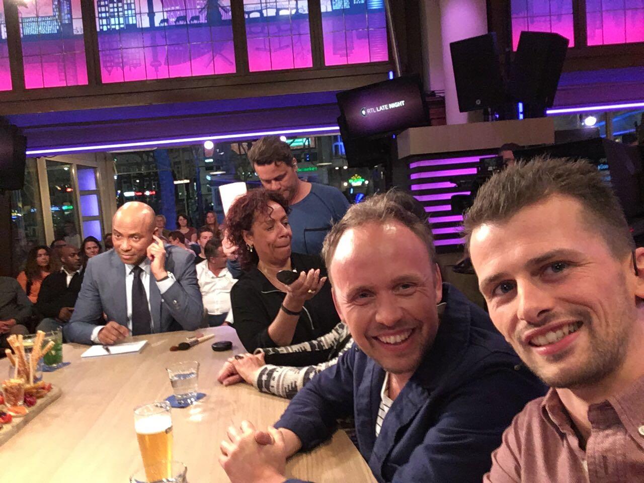 """Video. Tom Borremans en Sven Van den Eynde bij RTL Late Night: """"Wij noemen het de aarsvallei"""""""