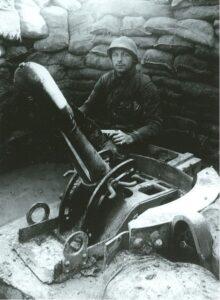 Dodengang - soldaat met mortier in loopgraaf