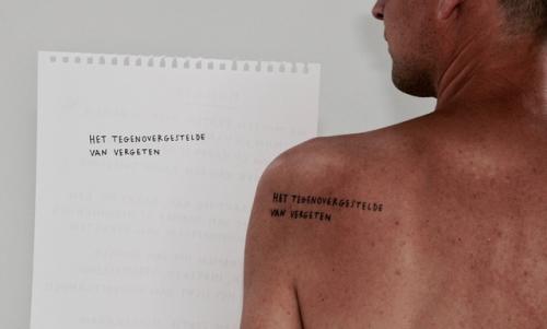 Stadsdichter Maarten Inghels publiceert nieuwe Stadsgedicht als tatoeagereeks.